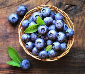 Blåbär i liten korg - blåbär skyddar tarmen.