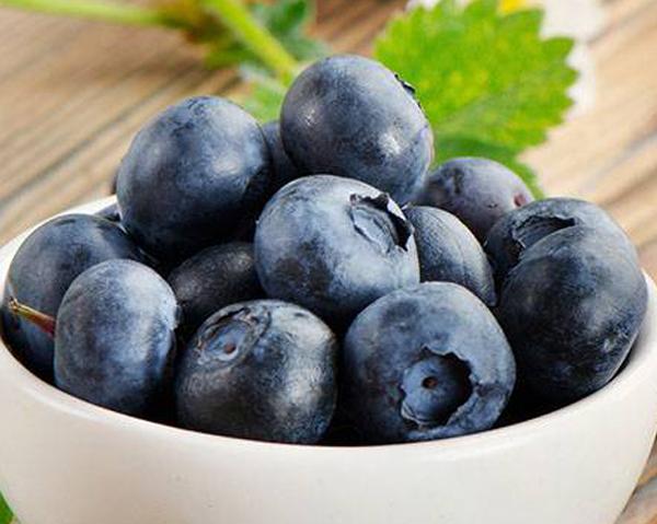 Vit skål med blåbär - blåbär är rika på antioxidanter och har antiinflammatoriska egenskaper.